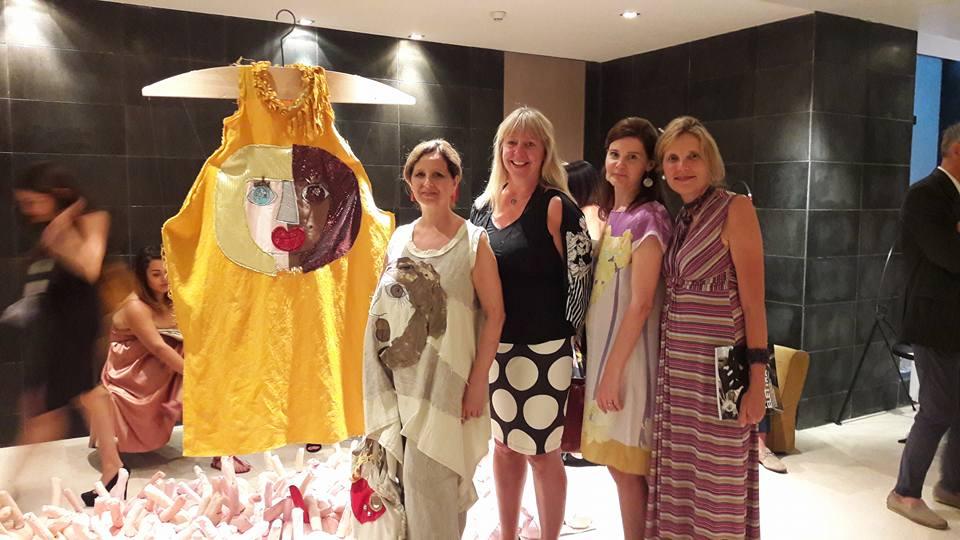 la stilista siciliana Filly Biz accanto alla creazione realizzata per il progetto Migrantes che sarà messa all'asta per Taomoda